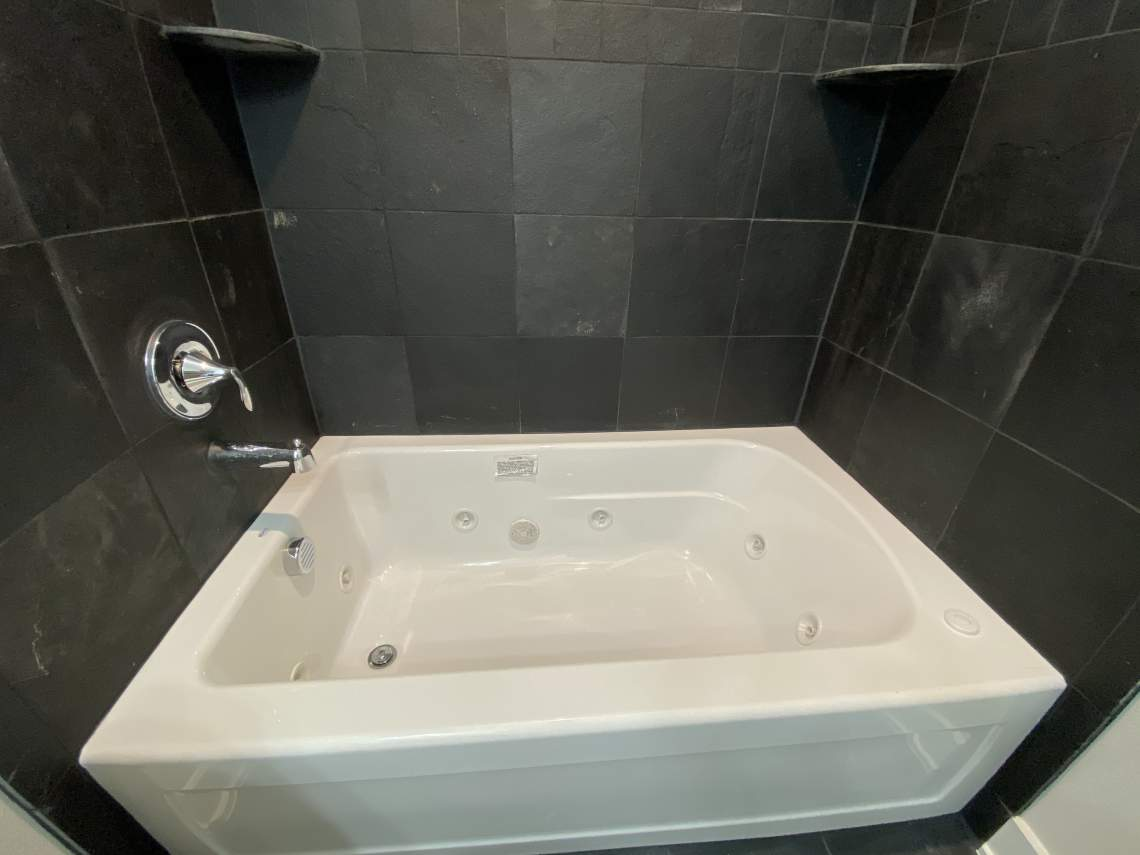 Guest-bathroom-jetted-tub