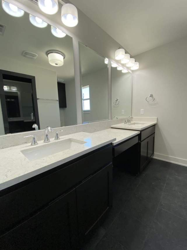 Master-bath-Vanities-with-make-up-counter