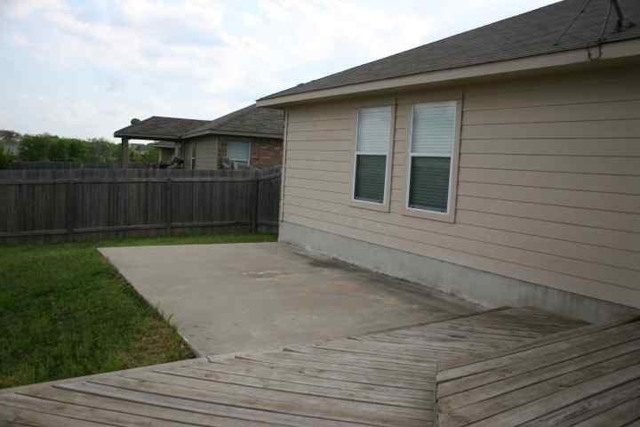 Extra back concrete patio area.JPG